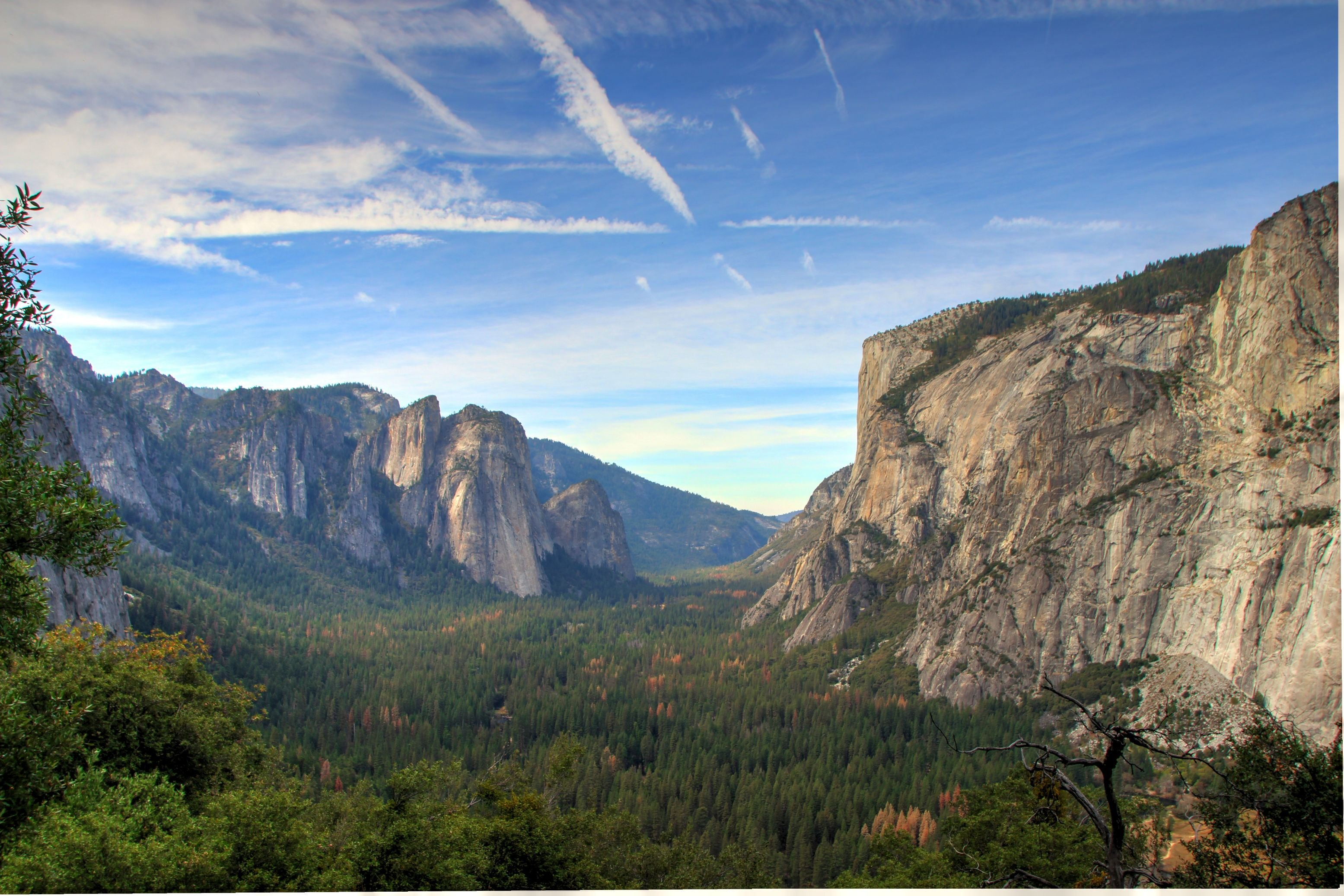Yosemite Valley on a Sunny Autumn Day wallpaper