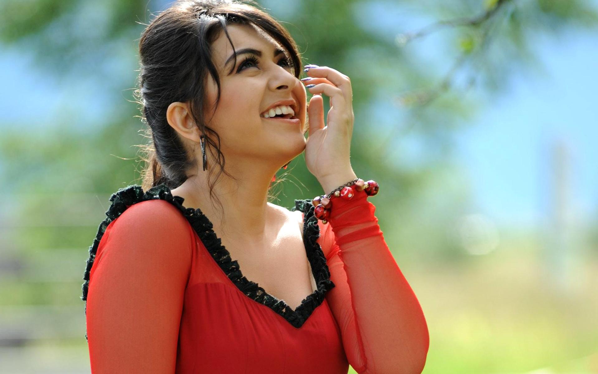 Puli Hansika Motwanis Look from the Vijay Starrer Revealed