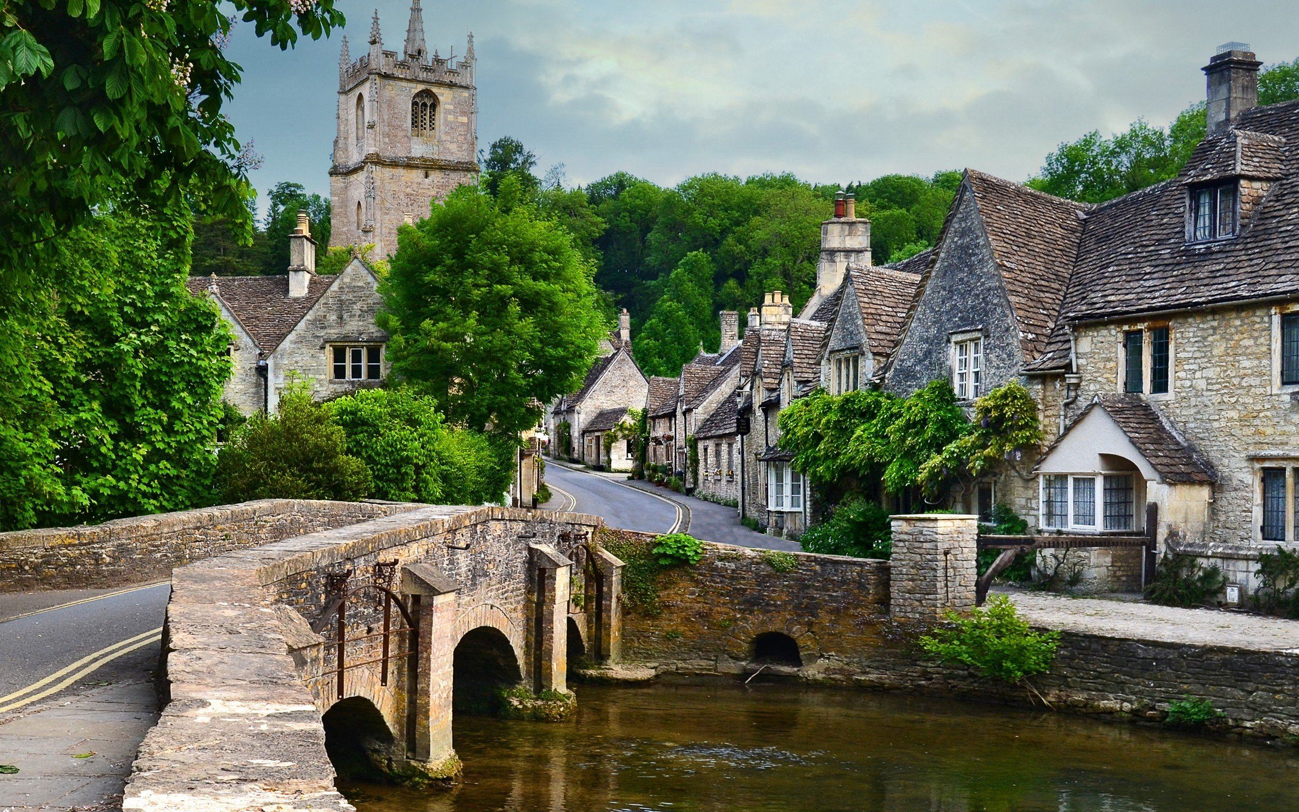 Castle Combe Village in England HD wallpaper