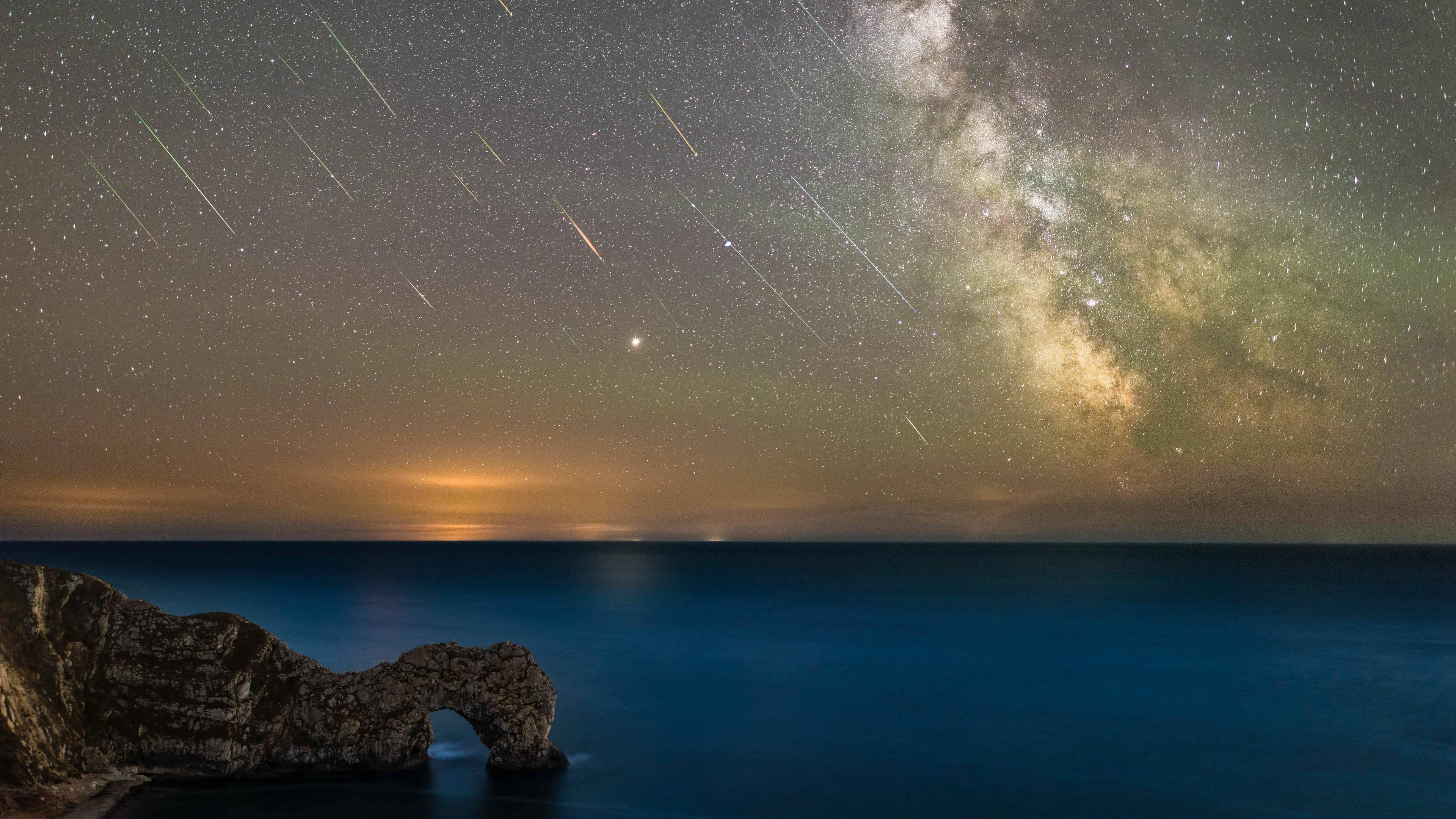Durdle Door Under The Perseid Meteor Shower 4k Wallpaper
