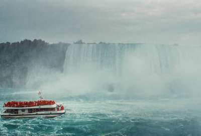 Boat Approaching the Niagara Falls wallpaper
